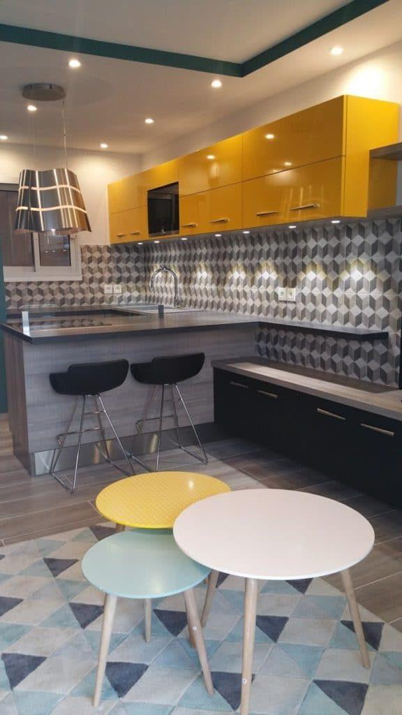 cheap cette cuisine affiche un joli contraste en noir et blanc entre la douceur des courbes du. Black Bedroom Furniture Sets. Home Design Ideas