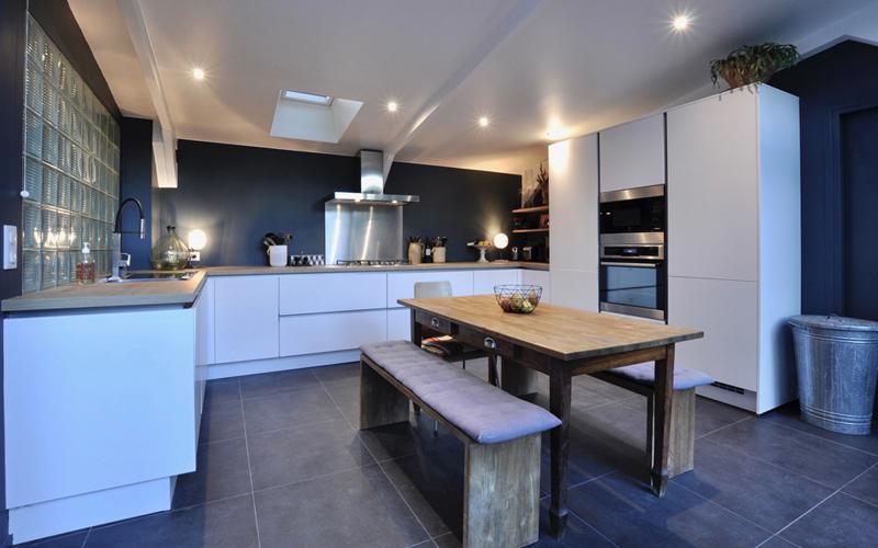 une cuisine pleine d l gance gr ce la combinaison du noir mat et du ch ne ambr by cuisines. Black Bedroom Furniture Sets. Home Design Ideas